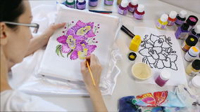 蜡染布过程:在织品,蜡染布做的艺术家油漆 股票录像
