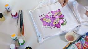 蜡染布过程:在织品,蜡染布做的艺术家油漆 股票视频