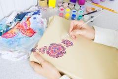 蜡染布过程:在织品,蜡染布绘画的艺术家油漆 库存照片