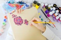 蜡染布过程:在织品,蜡染布绘画的艺术家油漆 库存图片