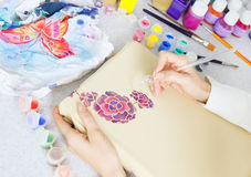 蜡染布过程:在织品,蜡染布绘画的艺术家油漆 图库摄影