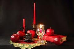 蜡烛、书、一杯咖啡和苹果 库存图片