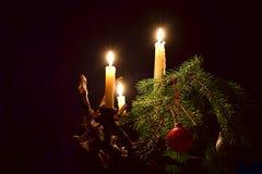 蜡烛、烛台和圣诞树整理了与云杉 库存图片