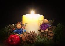 蜡烛、花圈和装饰品 库存照片