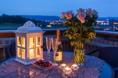 蜡烛、香宾和玫瑰在门廊 库存图片