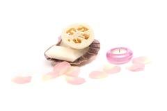 蜡烛丝瓜络瓣玫瑰色贝壳肥皂 图库摄影