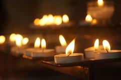 蜡烛光在大教堂里 免版税库存图片