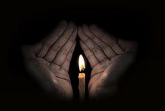 蜡烛光在手中,希望概念 库存图片