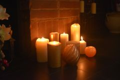 蜡烛准时圣诞节打过工点燃 免版税图库摄影