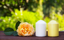 蜡烛和一朵芬芳黄色玫瑰在桌上 浪漫概念 温泉概念 在绿色被弄脏的背景的芳香化的蜡烛 图库摄影