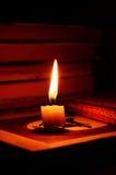 蜡烛和书 库存图片