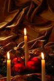蜡烛和圣诞节球 库存图片