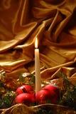 蜡烛和圣诞节球 免版税库存照片