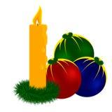 蜡烛和圣诞节球 免版税图库摄影