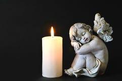 蜡烛和天使小雕象 库存照片
