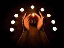 蜡烛和女性手有锋利的钉子的 占卜和巫术,低调 图库摄影