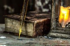 蜡烛和旧书的葡萄酒灯 免版税库存图片