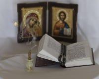 蜡烛和福音书 库存照片