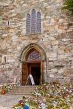 蜡烛和花在大教堂斯塔万格-挪威里 库存照片