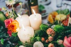 蜡烛和花在桌上 库存照片