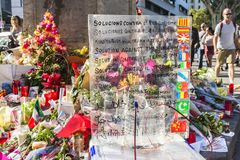 蜡烛和花由巴塞罗那轰炸在卡塔龙尼亚,西班牙 免版税库存图片