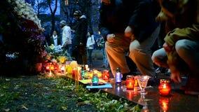 蜡烛和花难忘的纪念品在基辅,乌克兰, 股票录像