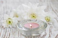 蜡烛和菊花 免版税库存照片