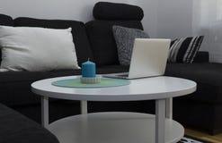 蜡烛和计算机在桌上 免版税库存照片