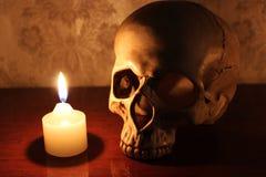 蜡烛和头骨 库存照片