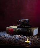 蜡烛咖啡光 免版税库存照片