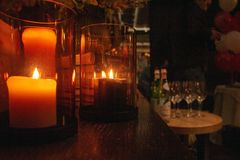 蜡烛在一个亲密的设置的美丽的银行中被点燃性的 免版税库存图片