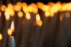 蜡烛在一个教会里在卢尔德 免版税库存图片