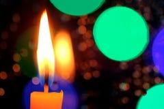 蜡烛在与雨下落的一个窗口前面站立 库存图片