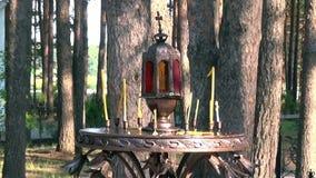 蜡烛在伊丽莎白位置临近与耶稣受难象的十字架Feodorovna的施行 股票视频