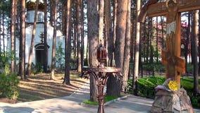 蜡烛在伊丽莎白位置临近与耶稣受难象的十字架Feodorovna的施行 股票录像