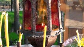 蜡烛在伊丽莎白位置临近与耶稣受难象的十字架Feodorovna的施行 影视素材