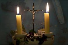 蜡烛在十字架的棚子光 免版税库存图片