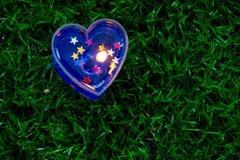 蜡烛在地板上的心脏形状 图库摄影
