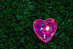 蜡烛在地板上的心脏形状 免版税库存照片