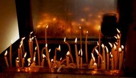 蜡烛在基督教会里 库存图片