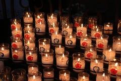 蜡烛在大教堂里巴约被点燃(法国) 免版税库存照片
