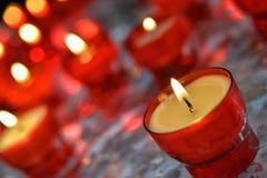 蜡烛在天主教会里 免版税库存照片