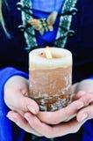 蜡烛在妇女的手上 免版税库存照片