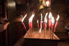 蜡烛在惊人的东华三院文武庙点燃了在香港 免版税库存照片