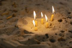 蜡烛在沙子的教会里 免版税库存图片