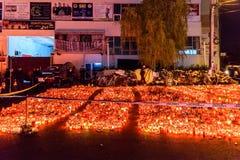 蜡烛在火以记念32死人民和150的升受伤的在俱乐部Colectiv 库存照片