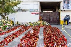 蜡烛在火以记念32死人民和150的升受伤的在俱乐部Colectiv 库存图片