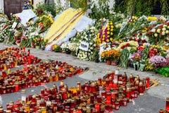 蜡烛在火以记念32死人民和150的升受伤的在俱乐部Colectiv 免版税库存图片