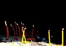 蜡烛在黑暗中烧在教会里 免版税库存图片