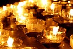 蜡烛在Köln,德国大教堂里  图库摄影